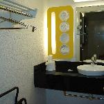 Motel 6 Goleta - sink / vanity / closet LOL
