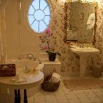 Huge Bathroom (Enchantment room)