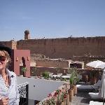Les cygognes sur le mur du palais Badii