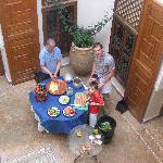 En la Clase de Cocina en el patio del Riad