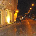 La calle desierta y a la izda el miniHotel