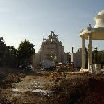 église en construction sur le site même