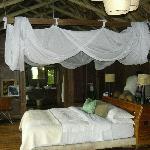 lit spacieux de la chambre