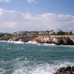 Blick übers Meer zum Hotel
