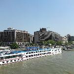 Vue de l'hôtel depuis le pont
