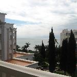 Blick vom Balkon, über den Garten zum Meer.