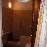Bloomers B&B - roomier bathroom in Cuarto 3