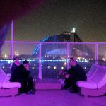 Sofas auf dem 360 bei Nacht - im Hintergrund sieht man das Jumeirah Beach Hotel!