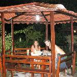cenando en el jardín