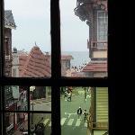 Vue de la chambre sur la rue principale, la mer au coin de la rue, aucun bruit le soir