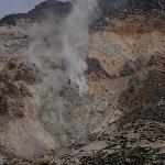 噴煙をあげる山の斜面