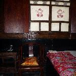 Habitación: ventana y pie de la cama.