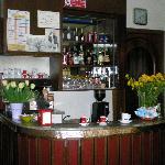 Il piccolo e fornito bar del hotel