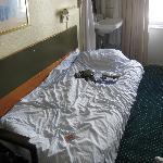 Bett und Waschbecken