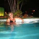 de noche en la piscina