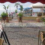 Bar/Cafe/Snackbar aussen mit Blick vis à vis..aufs offene Meer..sehr gut auch das Strandrestaura