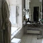 Luxurious bath w. stall shower