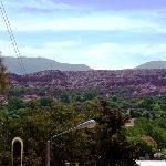 Humahuaca,vista del río y los cerros de arcilla roja.