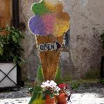 Sign pointing towards the best gelato in Rome: Gelateria del Teatro.