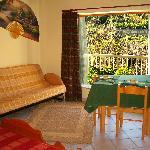 l'interno della camera con finestra sul giardino