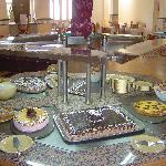 les desserts avec dans le fond au lilieu, les petits mille-feuilles  HUMMMM
