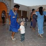 drnière photo : mon fils qui s'éclate à l'apéro dansant de la soirée tunisienne