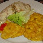 Pechuga de pollo rellena de langosta en salsa de queso