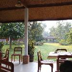 Restaurant et bungalows derrières