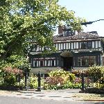 The outside and garden of the Beaconsfield Inn