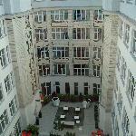 La cour, vue du 5ème étage (chambre 501)