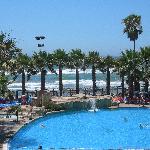 Ausblick auf Pool und Meer