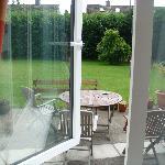 窓から眺めた芝の庭