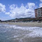 Blick vom Meer auf Strand und Hotel