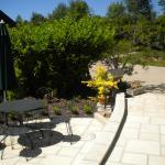 le jardin et kla terrasse commune. TRES SYMPA !