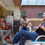 Guitares et yukulélé sur la terrasse un dimanche après-midi