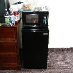 Kühlschrank und Mikrowelle im Zimmer