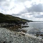 Petite plage de galet au bout du jardin