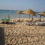 La plage, azur et parasols