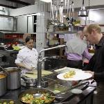Küchenparty: iedereen mag zelf zijn/haar eten halen in de keuken van het hotel