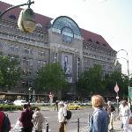 2005: Das Kaufhaus des Westens (KaDeWe) ist mit 60.000 m² Verkaufsfläche das grösste Warenhaus K