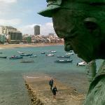 Podoba ribiša nad pomolom in ena izmed številnih skulptur, ki krasijo mesto; Las Palmas de Gran