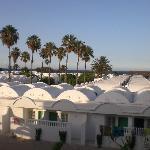 vue de notre balcon sur les bungalows et la mer