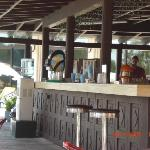 de bar bij het zwembad