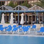 Restaurant self-service en bord de piscine