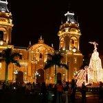 Vista de la catedral de lima de noche.La construcción de la catedral de Lima se inicia en 1535