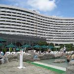 ガーデンプールとホテル