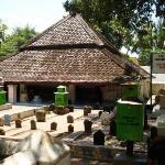 Makam Sunan Bonang Tuban, dengan atap rendah menggunakan kayu jati..