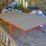 Il tavolo da ping pong...fra sacchi di cemento e attrezzi vari!