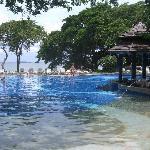 プールからパタヤ湾を望む。