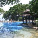プールからパタヤ湾を望む。②